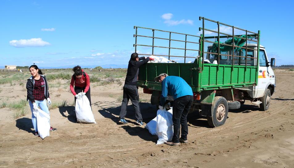 Pla obert del camió que transporta les bosses de brossa trobada a la platja dels Eucaliptus d'Amposta en la campanya 'Per un Delta Net'. Imatge del 12 de març de 2017