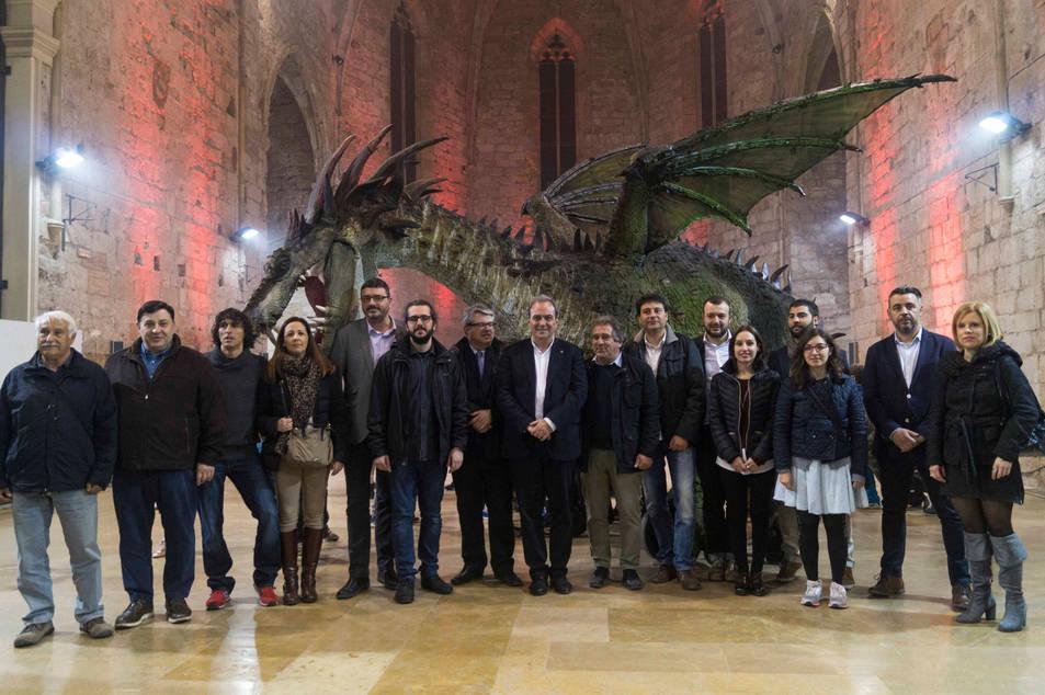 Foto de família amb el drac de Sant Jordi de Montblanc darrere. 12/03/2017