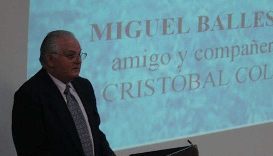 Ernest Vallhonrat, durant la presentació del llibre que va dedicar a Miquel Ballester.