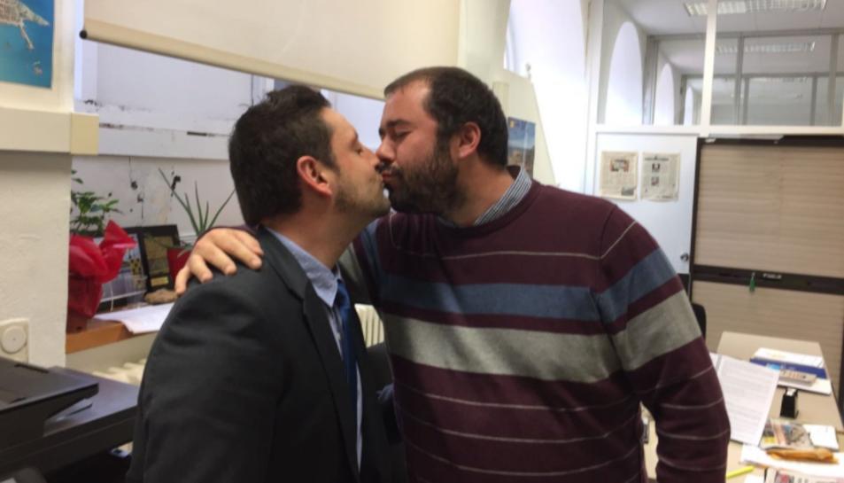 El regidor de Ciutadans, Rubén Viñuales, i el d'ERC, Xavi Puig, fent-se un petó en suport de la iniciativa #matidepetons.