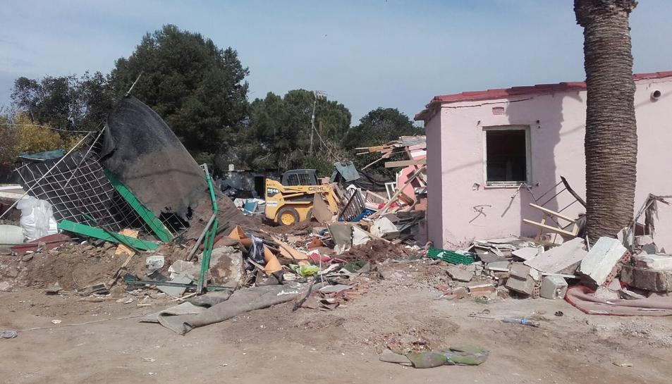 Després de desnonar les set persones que hi havia a l'interior s'ha procedit a enderrocar la barraca.