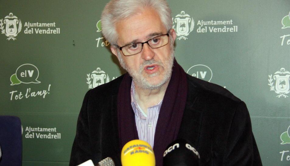 Primer pla de l'alcalde del Vendrell, Martí Carnicer, intervenint en roda de premsa l'11 de març del 2016.