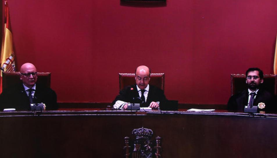 Imatge del Tribunal Superior de Justícia de Catalunya TSJC llegint la sentència del judici del 9-N, imatge d'una pantalla el 13 de març de 2017