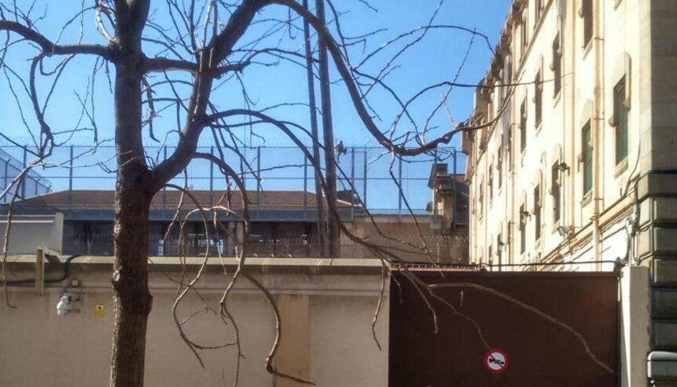 Imatge del pres intentant fugir per la teulada de la model.