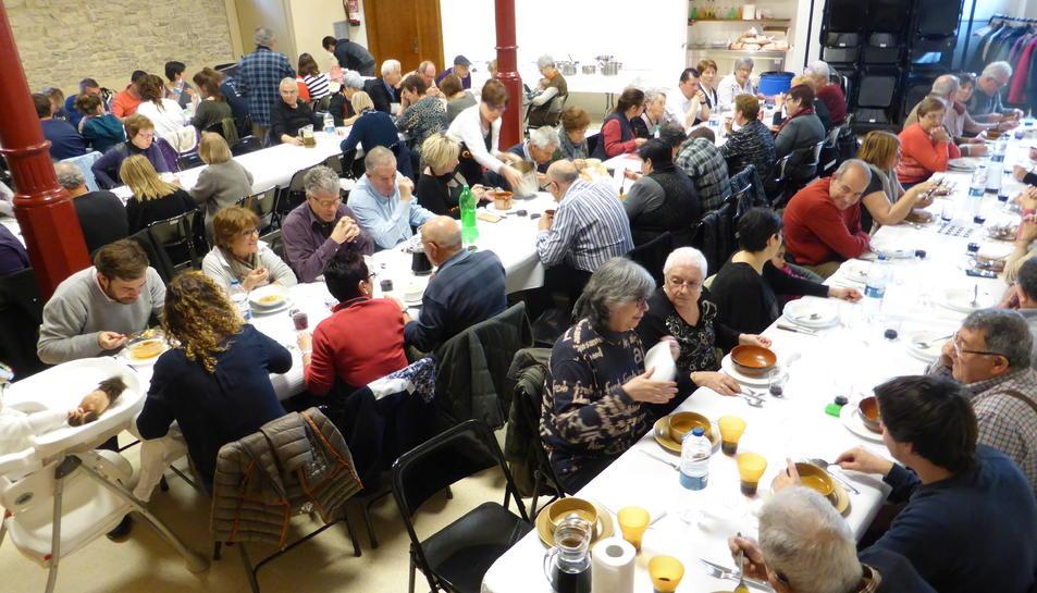 Un centenar de veïns van participar a la trobada.