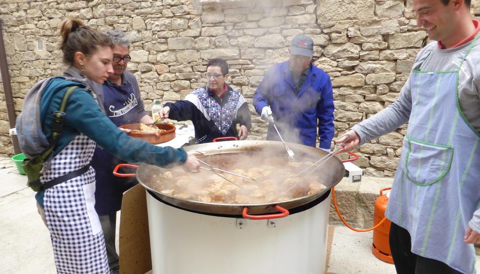 Els veïns preparant l'àpat de la matança del porc.