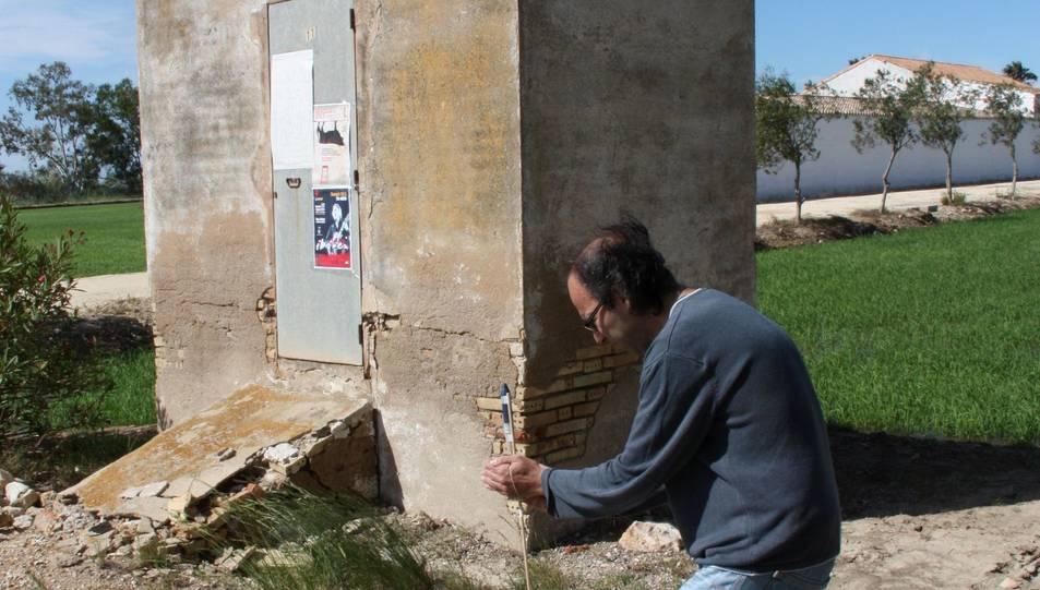 L'organitzador de Bouesia, Miquel Àngel Marín, dispara un coet vora la coetera de Tramuntano, a Deltebre.