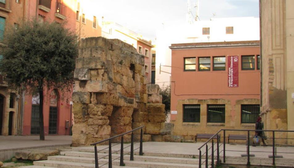Al fons de les escales, l'edifici de la seu de l'ICAC, a la Part Alta de Tarragona