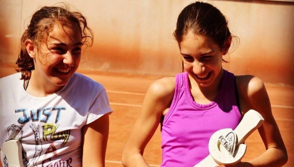 Les dues tennistes després d'haver aconseguit la victòria.