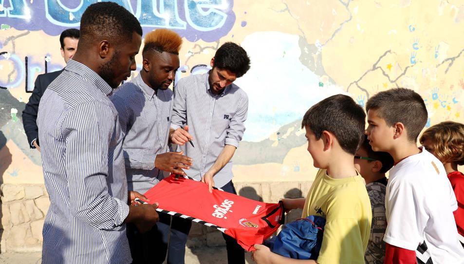 Un moment de la visita que jugadors del Nàstic van realitzar dimarts a les escoles Els Àngels i La Salle Torreforta en el marc de Junts Barris.