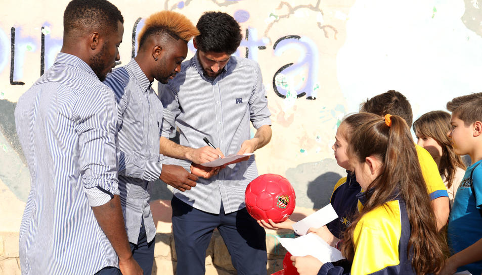 Els jugadors han signat autògrafs als escolars.