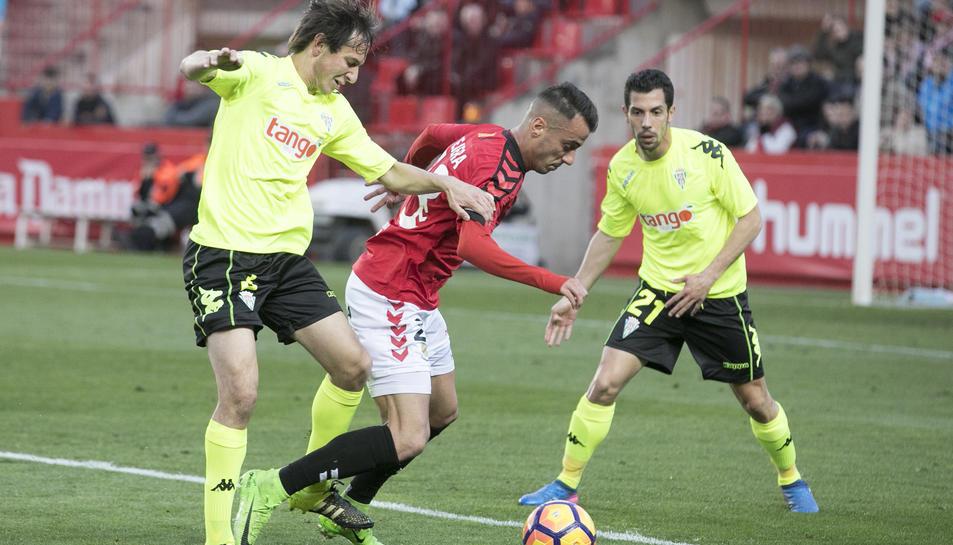 Sergio Tejera intenta sortejar dos rivals durant el duel que el Nàstic va disputar contra el Còrdova al Nou Estadi.
