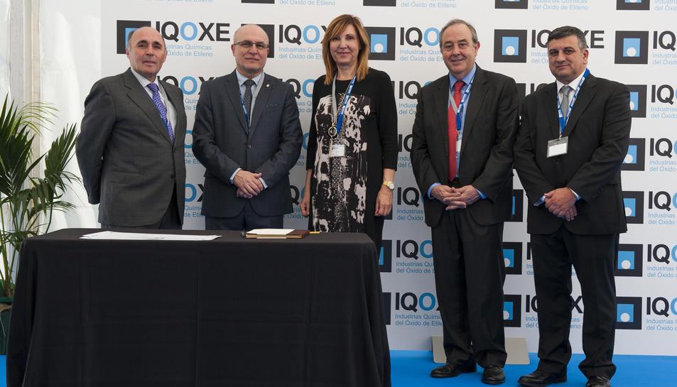 Les autoritats i responsables de l'empresa, durant la inauguració.