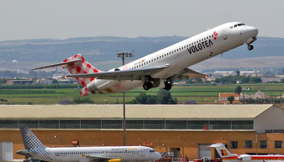 Un avió de l'empresa Volotea enlairant-se.