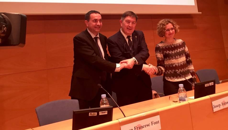 La consellera d'Ensenyament de la Generalitat, Meritxell Ruiz, el rector de la URV, Josep Anton Ferré i el president de l'AEQT, Josep Francesc Font.