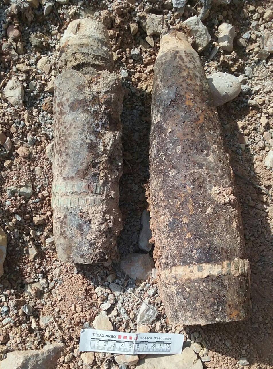 Imatge dels dos projectils d'artilleria de la Guerra Civil espanyola trobats prop del castell d'Ascó