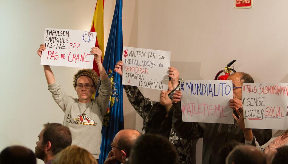 Diverses pancartes que es van mostrar durant la xerrada.