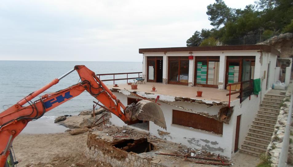 Un moment de la demolició de l'edifici.