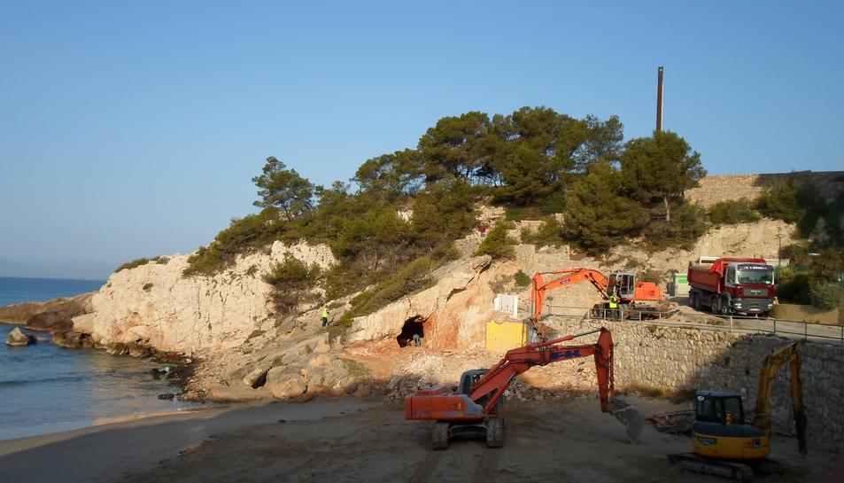 La cova que s'ha deixat al descobert.