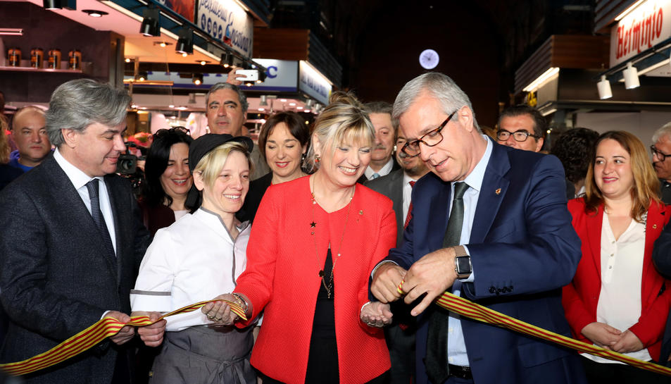 La presidenta de l'Associació de Paradistes del Mercat Central, Maria Virgili, la presidenta d'Espimsa, Elvira Ferrando, i l'alcalde la ciutat, Josep Fèlix Ballesteros, tallant la cinta inaugural.