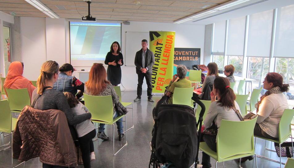 Imatge de l'acte on es van conèixer les parelles lingüístiques del Voluntariat per la llengua de Cambrils.