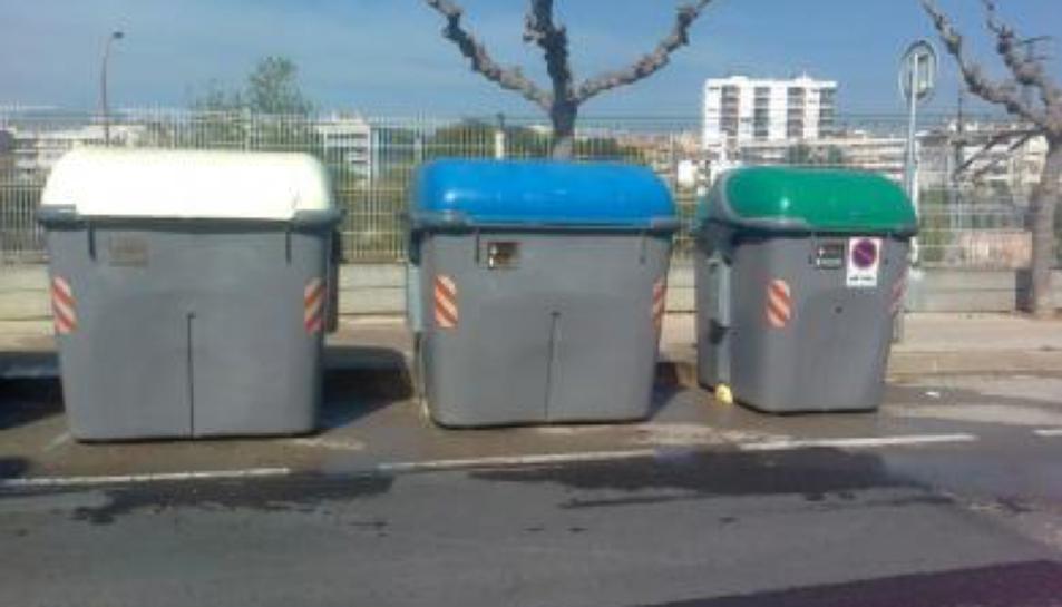 Amb aquesta acció s'estan eliminant els grafitis pintats als contenidors.