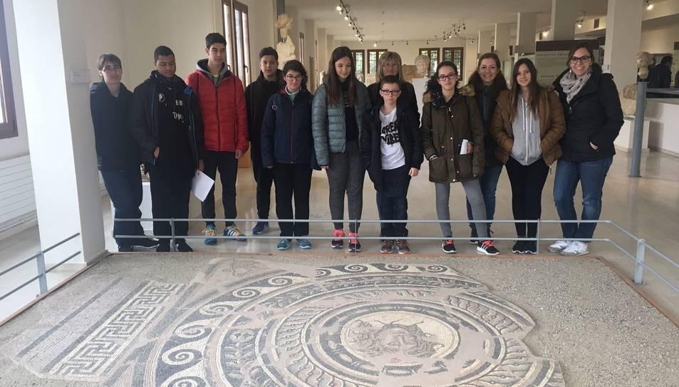 Els alumnes i les professores durant la visita a Grècia.