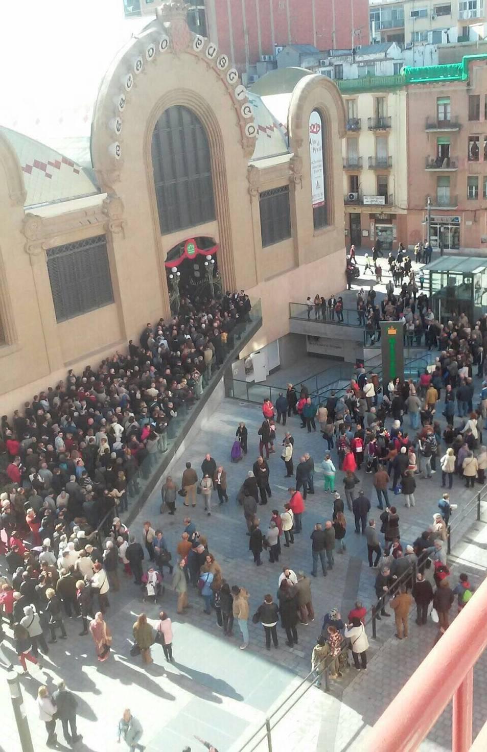 Centenars de persones fan cua per entrar al Mercat Central.