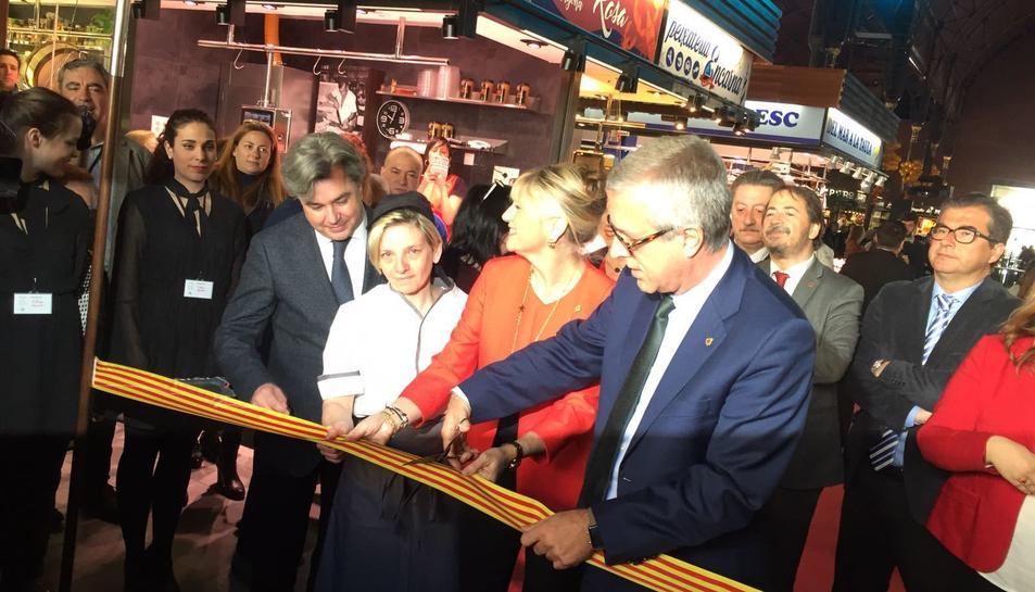Ballesteros, tallant la cinta d'inaguració del nou Mercat Central.