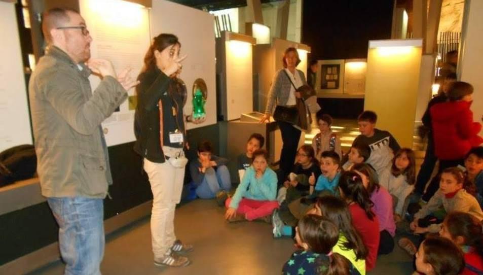 Imatge d'una visita de l'escola Tres Pins de Barcelona, on s'ensenya de manera bilingüe, entre llengua oral i llengua de signes.