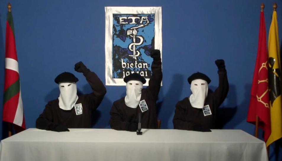 Membres de la banda terrorista, el 20 d'octubre del 2011, durant l'anunci del cessament de la lluita armada.