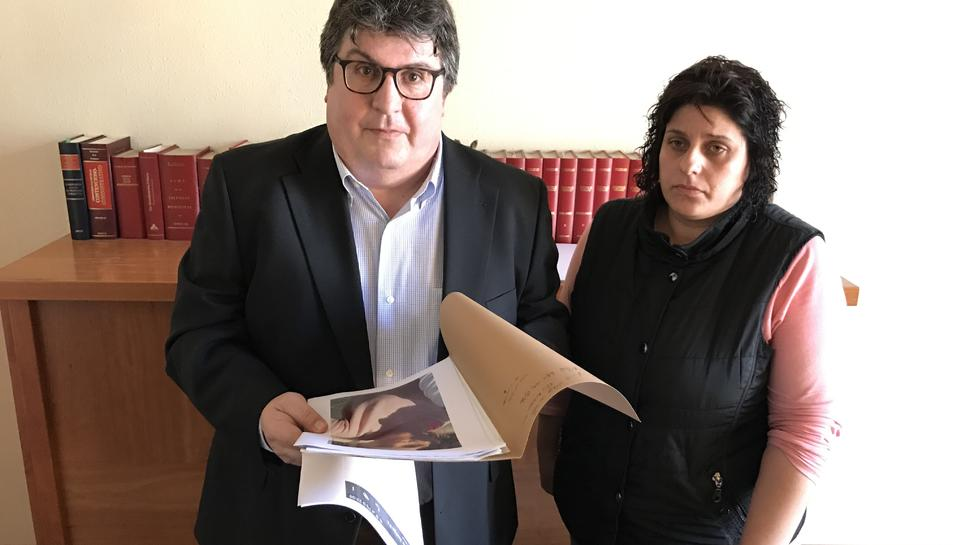 La mare de la noia desapareguda, amb l'advocat que li porta el cas.