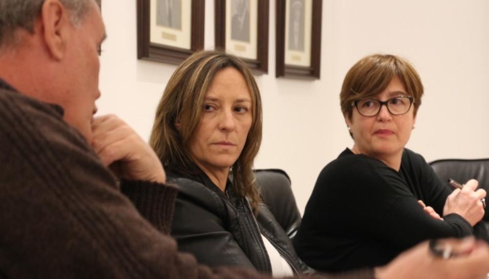 A la fotografia, les regidores Montse Llauradó i Maria del Mar Bravo durant un plenari celebrat recentment a les Borges del Camp.