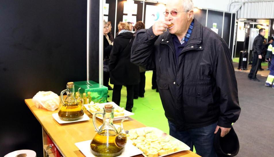 Un home tastant oli d'oliva verge.