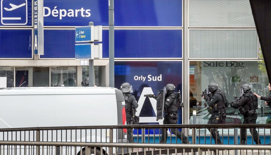 Imatge de la policia francesa actuant a la terminal sud.