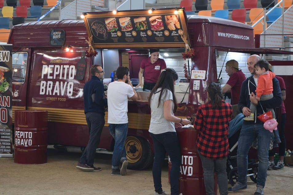 Imatges de les furgonetes restaurant a la Tarraco Arena Plaça.