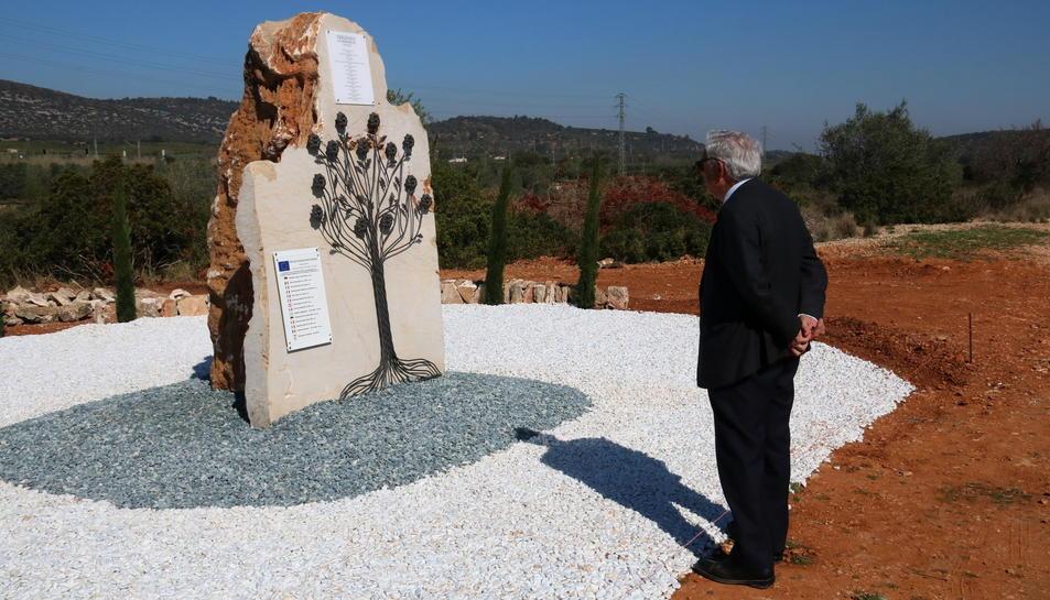 L'alcalde de Freginals, Josep Roncero, davant del monòlit instal·lat al lloc de l'accident de fa un any.