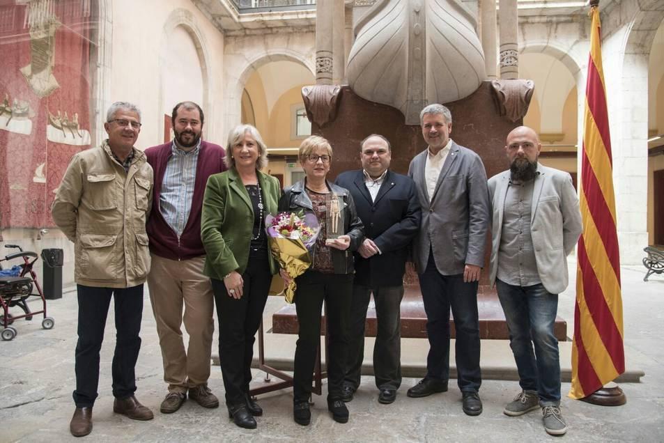 Maria Cinta Comí va rebre el premi al Pati Jaume I de l'Ajuntament, ahir, acompanyada de regidors d'ERC i de familiars.