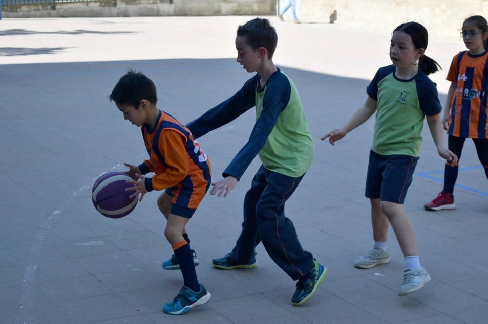 Los pequeños disfrutan del baloncesto (1)