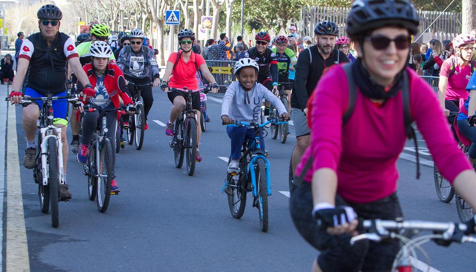Els esportistes pedalen per la ciutat