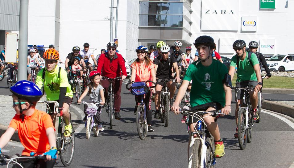 Els ciclistes, pedalant.