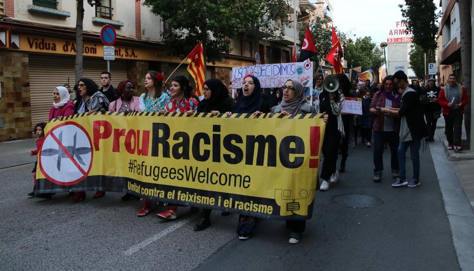 Els manifestants, amb la pancarta.
