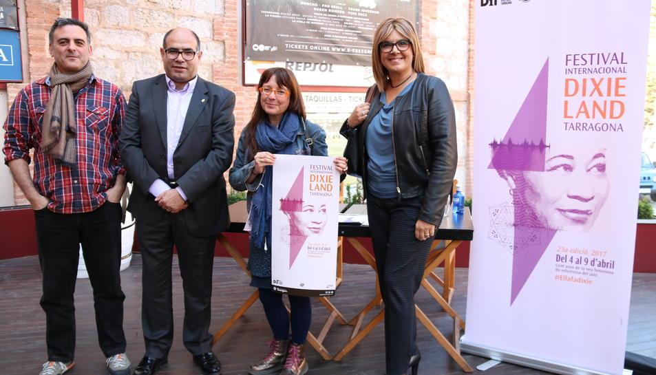 Pla general dels organitzadors en la presentació del programa i el cartell de la 23a edició del Festival Internacional de Dixieland de Tarragona, en roda de premsa al bar de la Tarraco Arena Plaça, el 20 de març del 2017