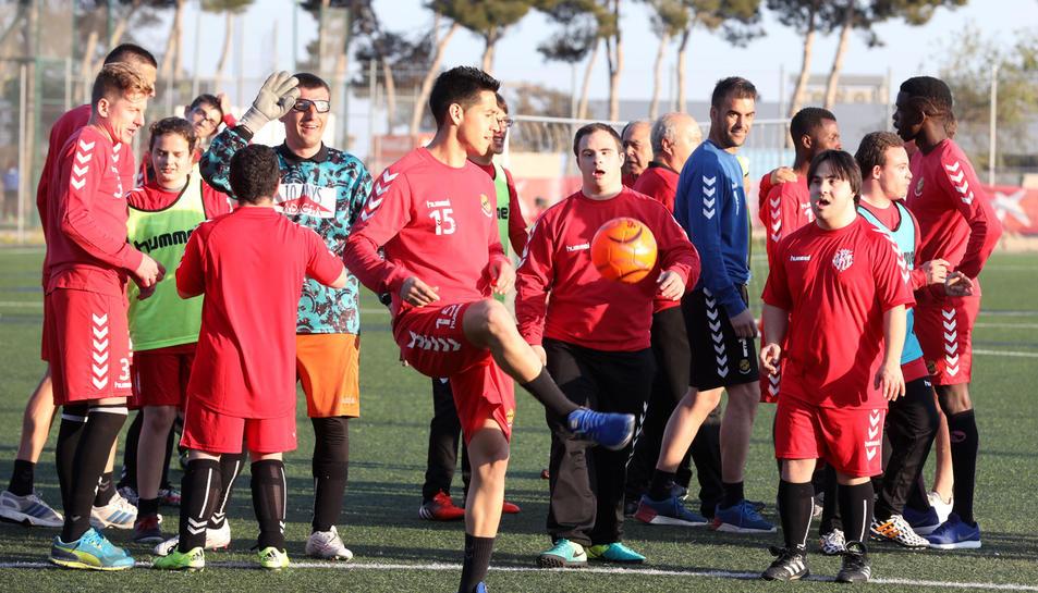 El primer equip, incloent cos tècnic, ha realitzat un entrenament conjunt amb el Nàstic Genuine