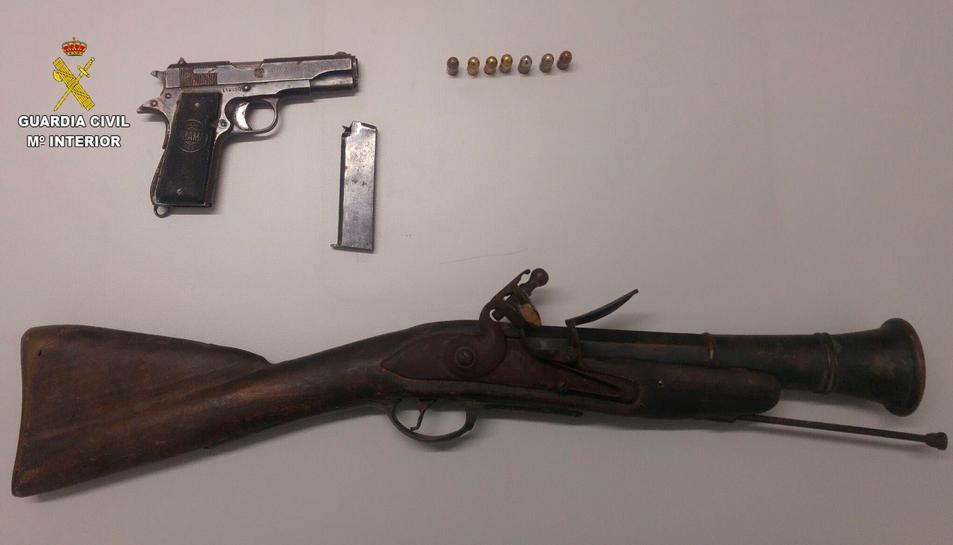 Imatge de les armes intervingudes en un establiment d'Amposta.