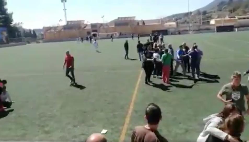 El partit infantil de futbol acaba en una batalla campal entre diversos pares.