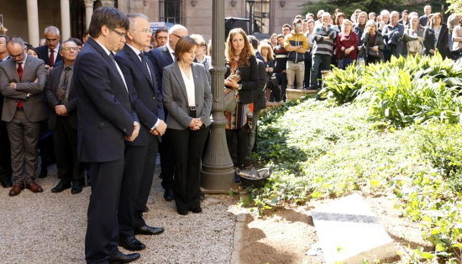 El president de la Generalitat, Carles Puigdemont, i el rector de la UB, Joan Elias, davant la placa commemorativa al jardí Ferran Soldevila a l'Edifici Històric.