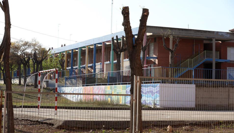 L'escola, que està situada al carrer Riu Ter, compta amb molt d'espai.