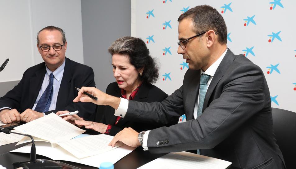 Jordi Pardo, Marta Casals i Jaume Massana signen el conveni de col·laboració.
