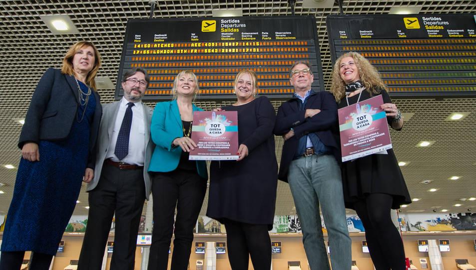 Representants polítics i de les entitats El Tomb de Reus i la Via T de Tarragona van escenificar ahir l'acord històric a l'Aeroport de Reus.